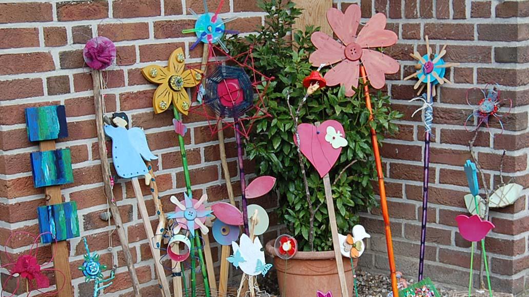 Blumen aus Naturmaterialien und Abfall